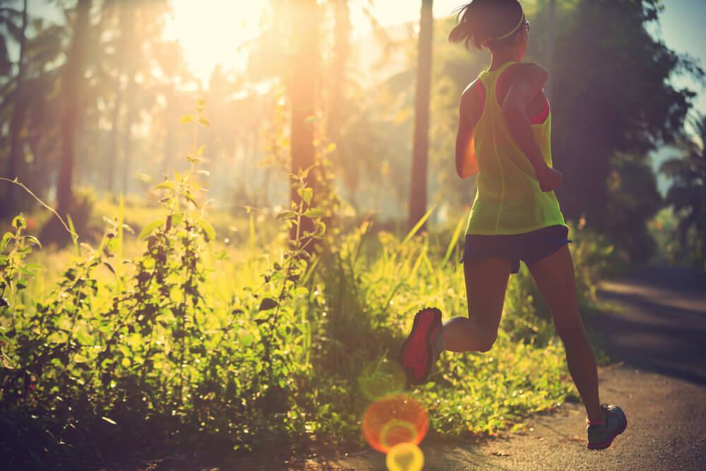 Kvinde løber i en skov